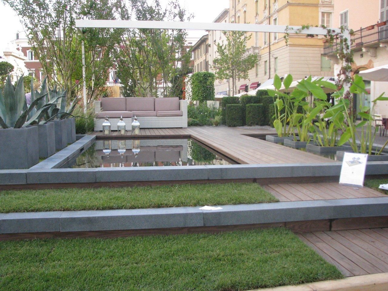 Giardino d 39 acqua con biopiscina per casa a schiera for Casa a 2 piani con piscina