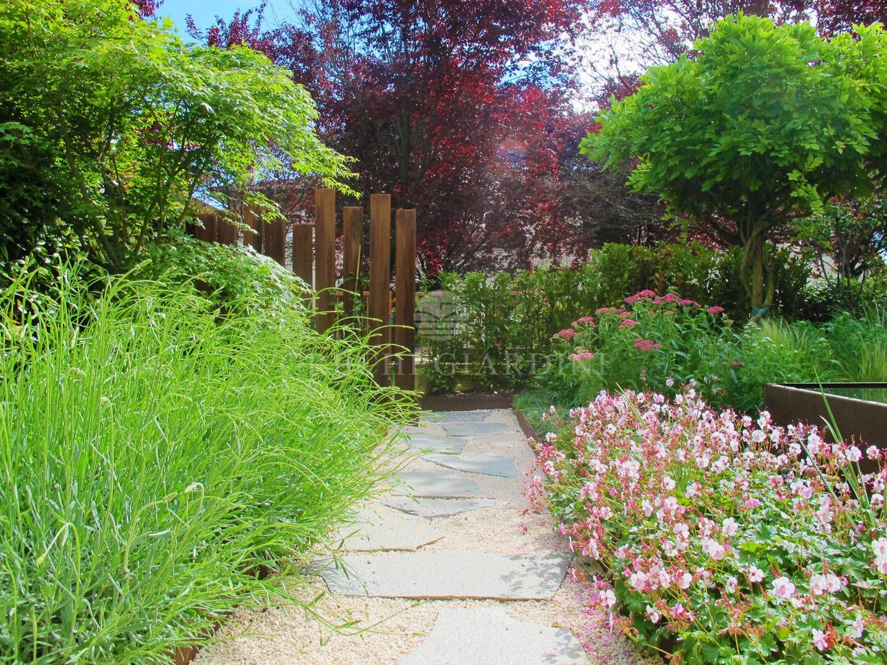 Piccoli giardini di villette immagine giardino di villetta a schiera su via padre sebastiano - Progetti giardino per villette ...